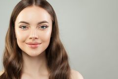 Mooi vrouwengezicht Mooi vrouwelijk modelgezicht met duidelijke huid en gezonde bruine haar dichte omhooggaand royalty-vrije stock afbeelding