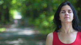Mooi vrouwenhoogtepunt die van geloof met gesloten ogen zich in openlucht bevinden, de plaats van de advertentietekst stock footage
