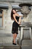 Mooi vrouwenmodel dichtbij de oude architectuur Royalty-vrije Stock Afbeeldingen
