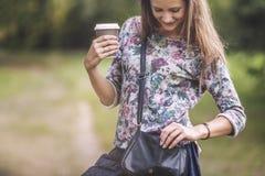 Mooi vrouwenmodel met meeneemkoffie in het Park royalty-vrije stock foto's