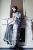 Mooi vrouwenportret in klassiek binnenland. royalty-vrije stock afbeelding