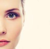 Mooi vrouwenportret met gezonde huid en perfect make-up half gezicht Royalty-vrije Stock Afbeeldingen