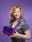 Mooi vrouwenportret met huidige doos Stock Foto
