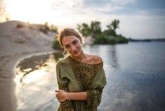 Mooi vrouwenportret op de rivier bij zonsondergang Stock Foto
