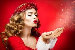 Mooi vrouwenportret op rode achtergrond Kerstmis stock afbeelding