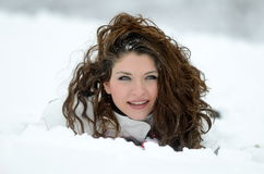 Mooi vrouwenportret openlucht in de winter Royalty-vrije Stock Foto's