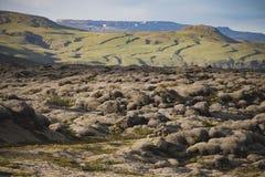 Mooi vulkanisch bemost landschap in IJsland met bergachtergrond royalty-vrije stock fotografie