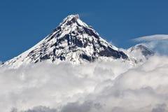 Mooi vulkanisch landschap: mening over vulkaan boven wolken Royalty-vrije Stock Afbeeldingen