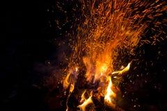Mooi vuur met vonken die naar omhoog vliegen royalty-vrije stock afbeeldingen