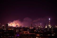 Mooi vuurwerk boven Londen De vooravond van nieuwjaren stock foto's