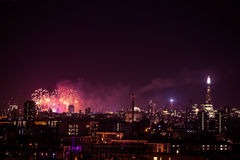 Mooi vuurwerk boven Londen De vooravond van nieuwjaren stock afbeeldingen