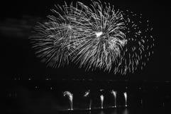 Mooi vuurwerk in de oceaan Stock Foto