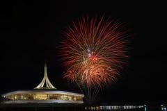 Mooi vuurwerk die met kleurrijk op het donkere verstand van de nachthemel bloeien Royalty-vrije Stock Afbeeldingen