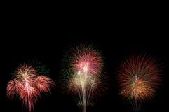 Mooi vuurwerk die met kleurrijk op het donkere verstand van de nachthemel bloeien Royalty-vrije Stock Fotografie