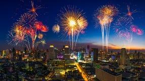 Mooi vuurwerk in festivalgebeurtenis die over cityscap exploderen stock afbeelding