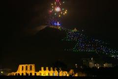 Mooi vuurwerk in Gubbio met reuzekerstmisboom bij nieuwe jaar` s vooravond royalty-vrije stock fotografie