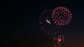 Mooi vuurwerk op de vakantie van de stadsdag, grote uitbarstingen van begroeting op de nachthemel royalty-vrije stock afbeeldingen
