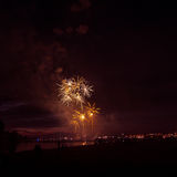 Mooi vuurwerk tijdens Nieuwe Year's-Vooravondviering in Riga, Letland Stock Afbeelding