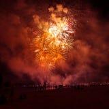 Mooi vuurwerk tijdens Nieuwe Year's-Vooravondviering in Riga, Letland Stock Fotografie