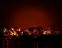 Mooi vuurwerk tijdens Nieuwe Year's-Vooravondviering in Riga, Letland Royalty-vrije Stock Fotografie
