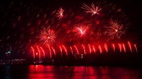 Mooi vuurwerk tijdens Nieuwe Year's-Vooravondviering in Riga, Letland Stock Afbeeldingen