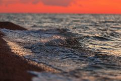 Mooi warm licht over het overzees na zonsondergang Stock Fotografie