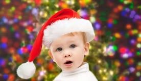 Mooi weinig babyjongen in de hoed van Kerstmissanta Royalty-vrije Stock Foto