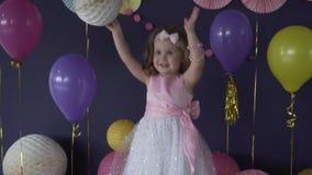 Mooi weinig babymeisje die en met ballon op haar verjaardagspartij lachen spelen stock videobeelden
