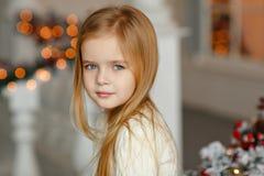 Mooi weinig blond meisje die met blauwe ogen bij Nieuwe Ye glimlachen Royalty-vrije Stock Foto's