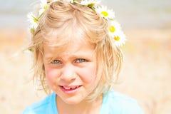Mooi Weinig Blond Meisje met een Kroon van Madeliefjes Stock Fotografie