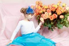 Mooi weinig blondemeisje met lang haar en korte klappen  Royalty-vrije Stock Fotografie