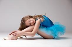 Mooi weinig danser het stellen met gesloten ogen stock afbeeldingen