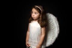 Mooi weinig engel die zijdelings eruit ziet stock foto