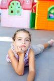 Mooi weinig ernstig meisje dat op vloer ligt Royalty-vrije Stock Foto's