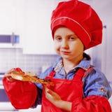 Mooi weinig kindmeisje dat van een heerlijke pizza geniet Voedsel, honger, genoegenconcept royalty-vrije stock afbeeldingen