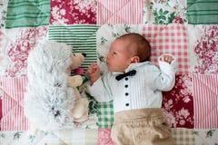 Mooi weinig pasgeboren babyjongen, geklede zo kleine heren, stock fotografie