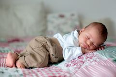 Mooi weinig pasgeboren babyjongen, geklede zo kleine heren, royalty-vrije stock fotografie