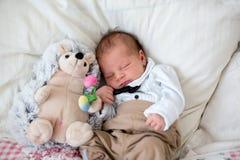 Mooi weinig pasgeboren babyjongen, geklede zo kleine heren, royalty-vrije stock afbeelding