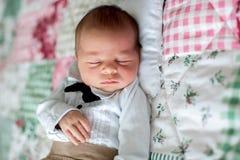Mooi weinig pasgeboren babyjongen, geklede zo kleine heren, stock afbeelding