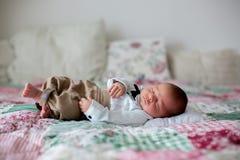 Mooi weinig pasgeboren babyjongen, geklede zo kleine heren, stock afbeeldingen