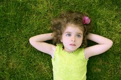 Mooi weinig peutermeisje het gelukkige liggen op gras Royalty-vrije Stock Foto