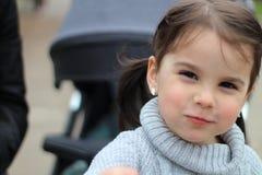 mooi weinig vrolijk glimlachend meisje met haar moeder op een gang in de straat royalty-vrije stock afbeelding