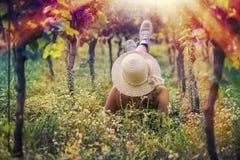 Mooi wijfje in de kleding in de wijngaard Stock Afbeeldingen