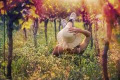 Mooi wijfje in de kleding in de wijngaard Stock Foto