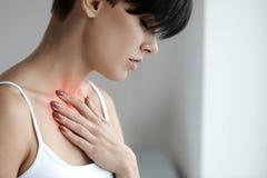 Mooi Wijfje die aan Pijnlijk Gevoel, Pijn in Borst lijden stock fotografie