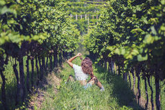 Mooi wijfje in het jasje in de wijngaard Royalty-vrije Stock Foto