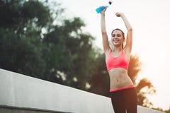Mooi wijfje jogger gelukkig na voltooiing stock foto