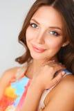 Mooi wijfje in sundress die op witte achtergrond stellen Stock Foto