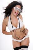 Mooi wijfje in witte bikini royalty-vrije stock fotografie