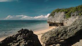Mooi wit die strand tussen van klippen wordt afgezonderd - Geger-strand, Bali stock footage